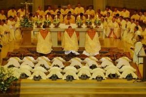 prêtre-à-genoux-durant-le-sacredoce