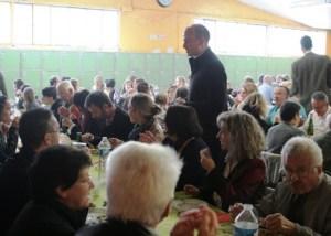 groupe-de-personnes-mangeant-autour-de-tables-lors-des-dimanches-paroissiaux