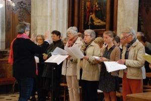 personne-chantant-dans-église-sainte-céronne-au-perche