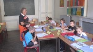 enfants-autour-dune-table-pendant-un-cours-de-kt