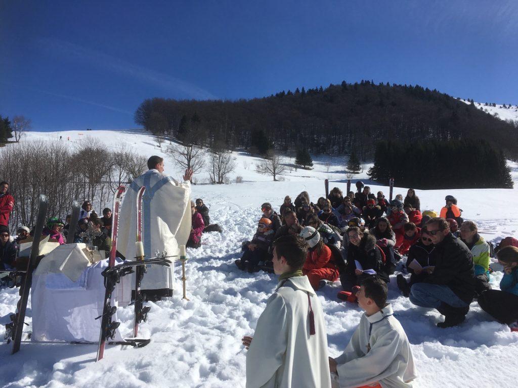 prêtre-officiant-dans-la-neige