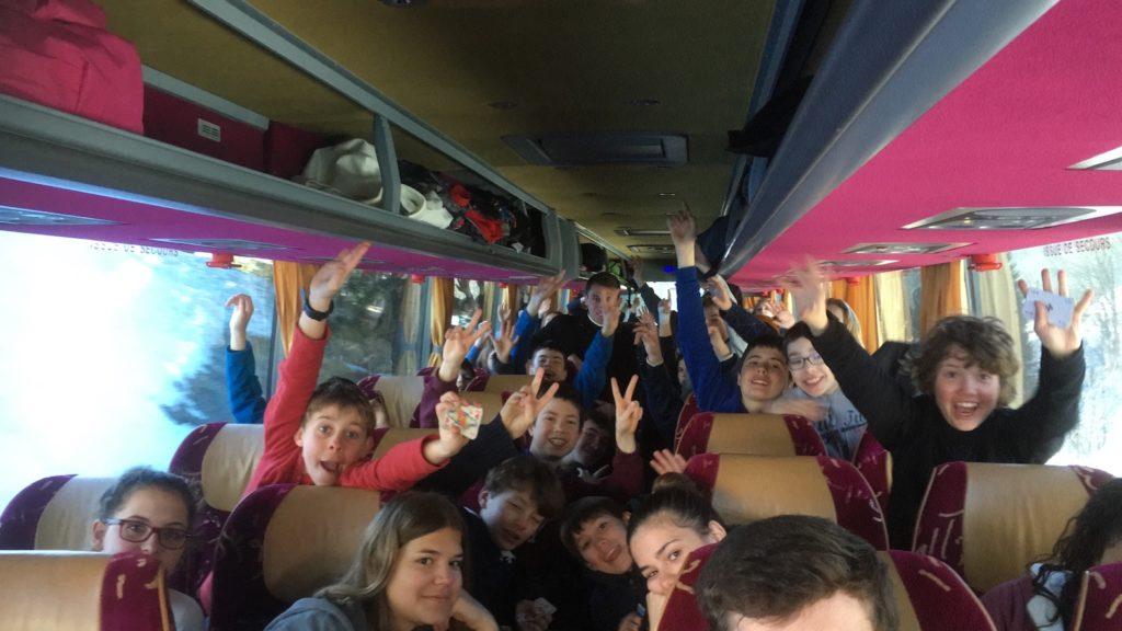 enfants-posant-pour-la-photo-dans-un-bus