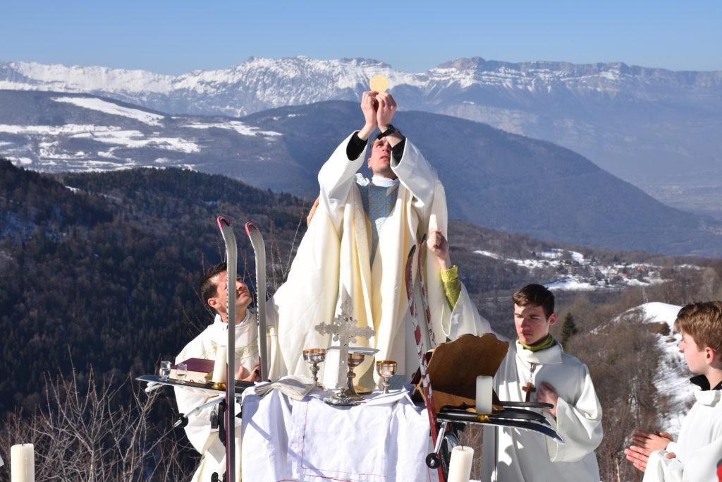 prêtre-tenant-une-hostie-et-officiant-dans-la-neige